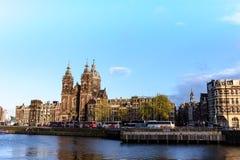 Каналы Амстердама, исторические места Амстердама, красивые дома вдоль реки Стоковое Изображение