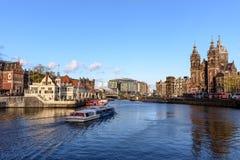 Каналы Амстердама, исторические места Амстердама, красивые дома вдоль реки Стоковые Фотографии RF