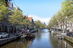 Каналы Амстердама, исторические места Амстердама, красивые дома вдоль реки Стоковая Фотография RF