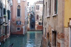 Каналы Венеции путешествовали гондолами Стоковые Фото
