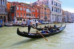 Канал Gondoliers Венеции грандиозный Стоковое Фото