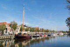 Канал Noorderhaven в старом городке Harlingen, Нидерландов стоковое изображение