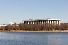 Канберра, Австралия - 13-ое июля 2018: Национальная библиотека Австралии с другой стороны грифона Burley озера стоковое изображение