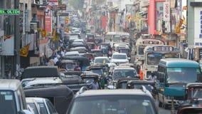 КАНДИ, ШРИ-ЛАНКА - 11-ОЕ ФЕВРАЛЯ 2017: Азиатское движение Предпосылка юлить большой город с много людьми и автомобилей конец ввер сток-видео