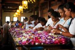 Канди, Шри-Ланка - 5-ое февраля 2017: Группа в составе туристы и верующие внутри виска зуба Будды Стоковое Фото