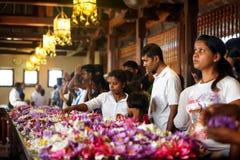 Канди, Шри-Ланка - 5-ое февраля 2017: Группа в составе туристы и верующие внутри виска зуба Будды Стоковые Фотографии RF
