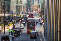 Канереечный взгляд улицы причала с lols идя бизнесменов и перехода на дороге Дело и современная жизнь o Стоковая Фотография