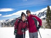 каникула лыжи пар стоковое изображение rf