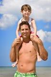 каникула малыша отца пляжа стоковое изображение