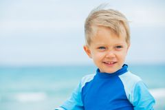 каникула мальчика пляжа стоковое изображение rf
