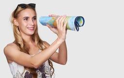 каникула перемещения океана девушки принципиальной схемы пляжа красивейшая Женщина с картой стоковое изображение rf