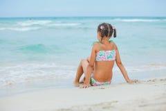 каникула прелестной девушки пляжа счастливая маленькая стоковое фото