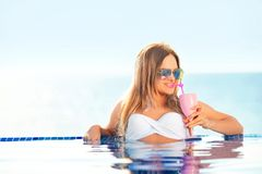 каникула территории лета katya krasnodar Женщина в бикини на раздувном тюфяке донута в бассейне КУРОРТА стоковые изображения
