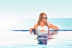 каникула территории лета katya krasnodar Женщина в бикини на раздувном тюфяке донута в бассейне КУРОРТА стоковое фото rf