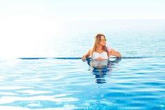 каникула территории лета katya krasnodar Женщина в бикини на раздувном тюфяке донута в бассейне КУРОРТА стоковые фото