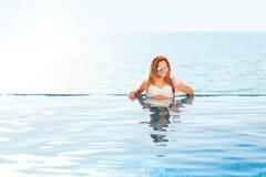 каникула территории лета katya krasnodar Женщина в бикини на раздувном тюфяке донута в бассейне КУРОРТА стоковые изображения rf