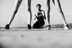 каникула территории лета katya krasnodar Мышечный человек, фотограф с камерой и сексуальные ноги женщин стоковое фото rf
