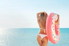 каникула территории лета katya krasnodar Наслаждаться женщиной suntan в белом бикини с тюфяком донута около бассейна стоковые фотографии rf