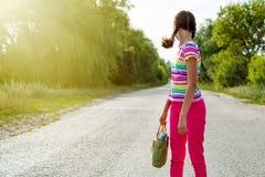 каникула территории лета katya krasnodar Путешественник девушки на дороге стоковая фотография rf