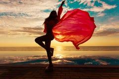 каникула территории лета katya krasnodar Силуэт женщины танцев красоты на заходе солнца около бассейна с видом на океан Стоковая Фотография