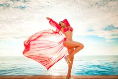 каникула территории лета katya krasnodar Силуэт женщины танцев красоты на заходе солнца около бассейна с видом на океан Пляж на г стоковые изображения rf