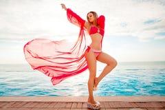 каникула территории лета katya krasnodar Силуэт женщины танцев красоты на заходе солнца около бассейна с видом на океан стоковые изображения