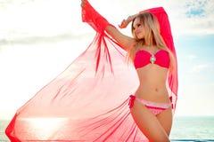 каникула территории лета katya krasnodar Силуэт женщины танцев красоты на заходе солнца около бассейна с видом на океан стоковое изображение rf