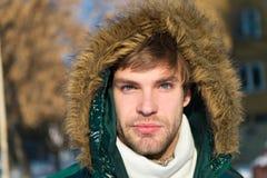Каникулы и путешествовать в зиме Погода Snowy Ультрамодное пальто зимы человек Холодное снаружи Пуща в снежке Свежий воздух стоковое изображение