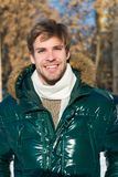 Каникулы и путешествовать Погода Snowy Ультрамодное пальто зимы человек Холодное снаружи Пуща в снежке Свежий воздух счастливый ч стоковое изображение rf
