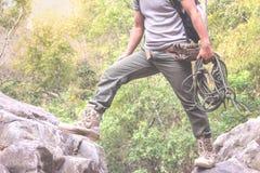 Каникулы мужского hiker активные в горах путешествуют здоровье приключения стоковые изображения rf