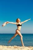 каникула территории лета katya krasnodar Девушка в бикини бежать на пляже Стоковые Фото