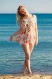 каникула территории лета katya krasnodar Девушка идя самостоятельно на пляж стоковая фотография rf