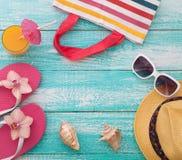 каникула территории лета katya krasnodar Розовые сандалии бассейном стоковые фото