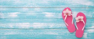 каникула территории лета katya krasnodar Розовые сандалии бассейном стоковое фото rf