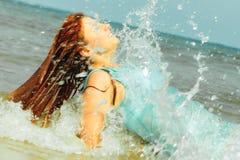 Каникулы Девушка в воде имея потеху на море Стоковое Изображение RF