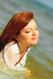Каникулы Девушка в воде имея потеху на море Стоковое фото RF