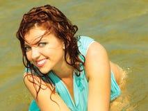 Каникулы Девушка в воде имея потеху на море Стоковое Фото