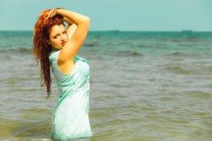 Каникулы Девушка в воде имея потеху на море Стоковая Фотография RF