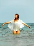 Каникулы Девушка в воде имея потеху на море Стоковые Изображения RF