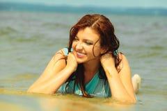 Каникулы Девушка в воде имея потеху на море Стоковое Изображение