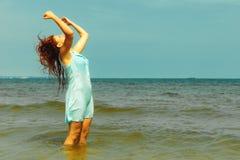 Каникулы Девушка в воде имея потеху на море Стоковые Фото