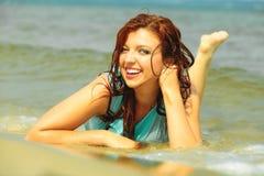 Каникулы Девушка в воде имея потеху на море Стоковая Фотография