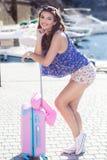 Каникулы девушки идя с розовым чемоданом Стоковое фото RF