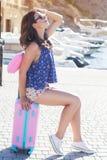 Каникулы девушки идя с розовым чемоданом Стоковые Фото