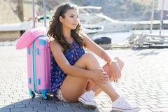Каникулы девушки идя с розовым чемоданом Стоковая Фотография RF