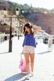 Каникулы девушки идя с розовым чемоданом Стоковое Изображение RF