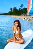 Каникулы перемещения лета Счастливая потеха женщины в море бассеин подныривания конкуренций резвится вода заплывания Стоковая Фотография RF