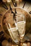 2 каннелюры шампанского провозглашать перед полночью Стоковые Изображения