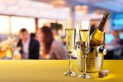 Каннелюры Шампани и охлаженная бутылка Стоковая Фотография RF