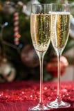 2 каннелюры Шампани на предпосылке рождества Стоковые Изображения